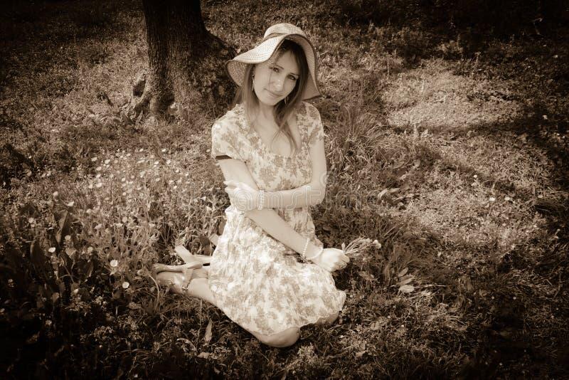 Levantamento romântico da jovem mulher exterior fotografia de stock royalty free