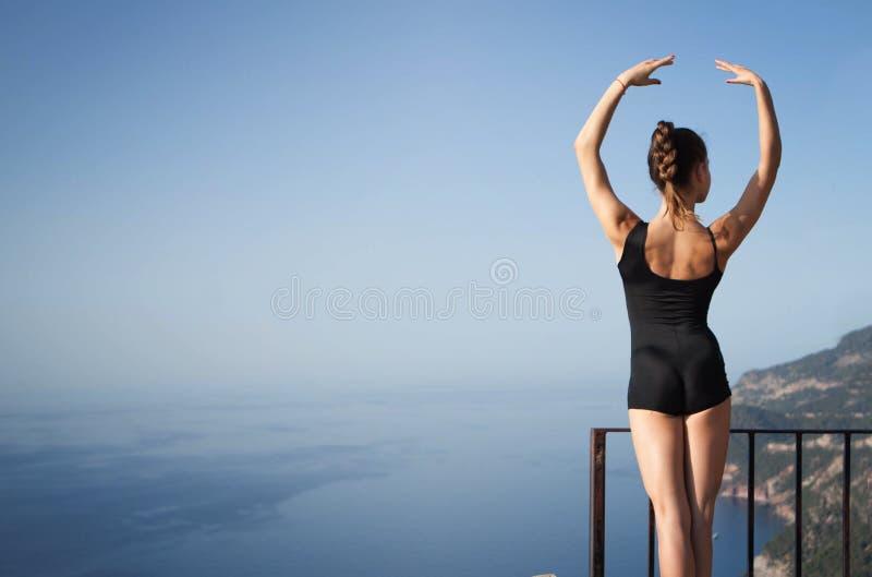 Levantamento saudável apto do dançarino ou da ginasta fotografia de stock royalty free