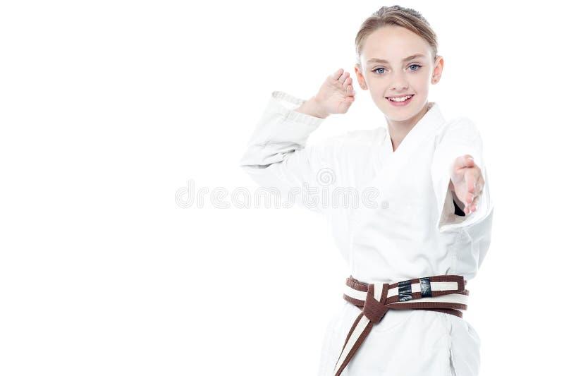 Levantamento seguro novo da criança do karaté imagens de stock