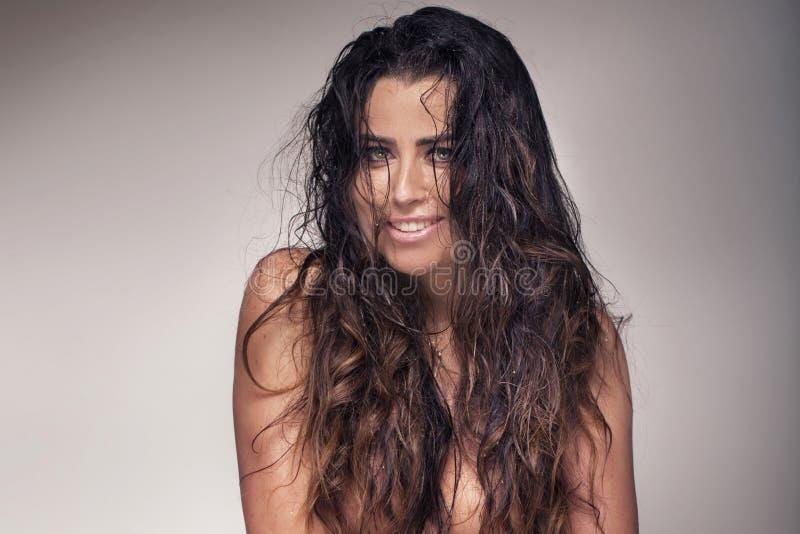 Levantamento 'sexy' de sorriso da mulher imagem de stock