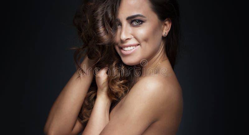 Levantamento 'sexy' de sorriso da mulher foto de stock royalty free