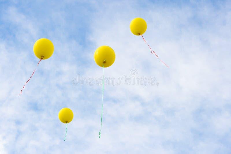 Levantamiento amarillo de cuatro baloons fotos de archivo libres de regalías