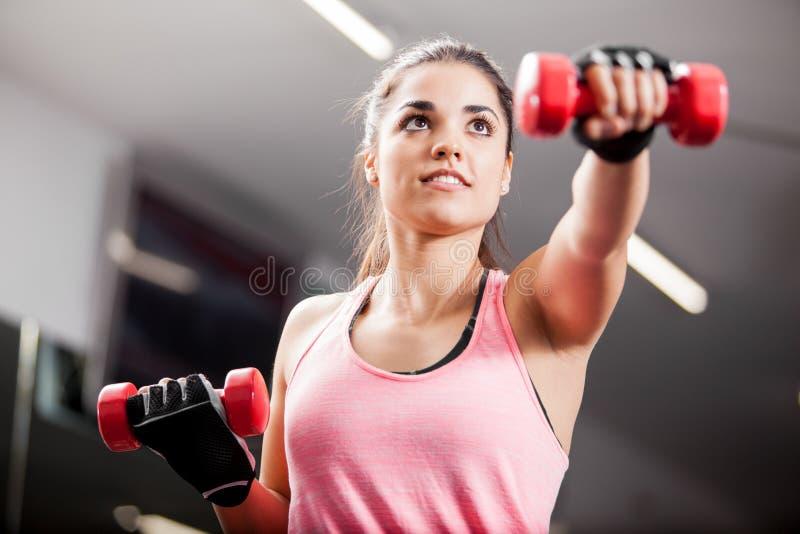 Levantando alguns pesos no gym imagem de stock