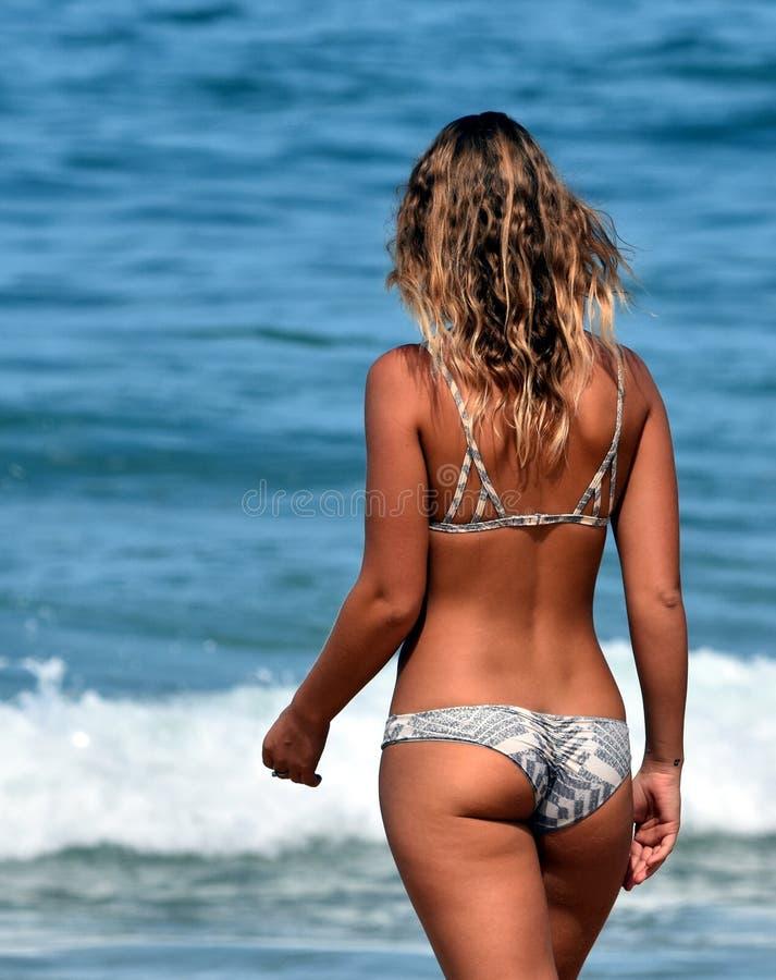 Levantando a menina na praia imagem de stock