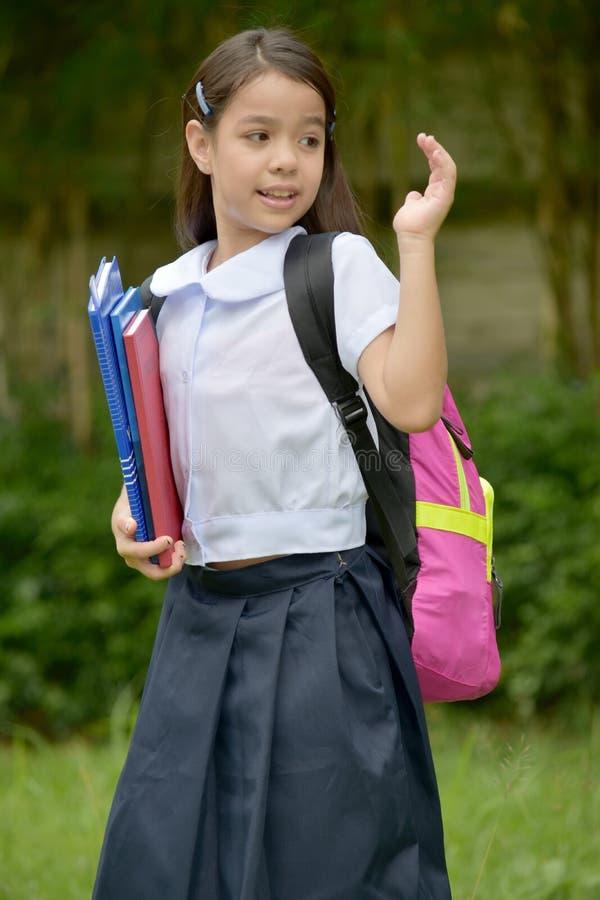 Levantando o uniforme novo de Filipina Female Student Wearing School foto de stock