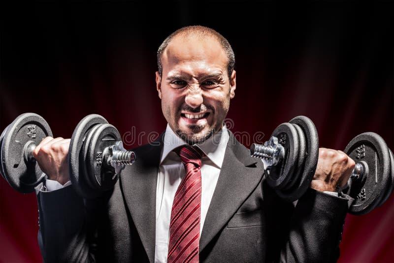 Levantar peso do homem de negócios fotos de stock