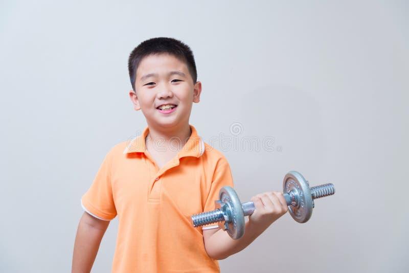 Levantar peso forte asiático do menino, fotografia de stock