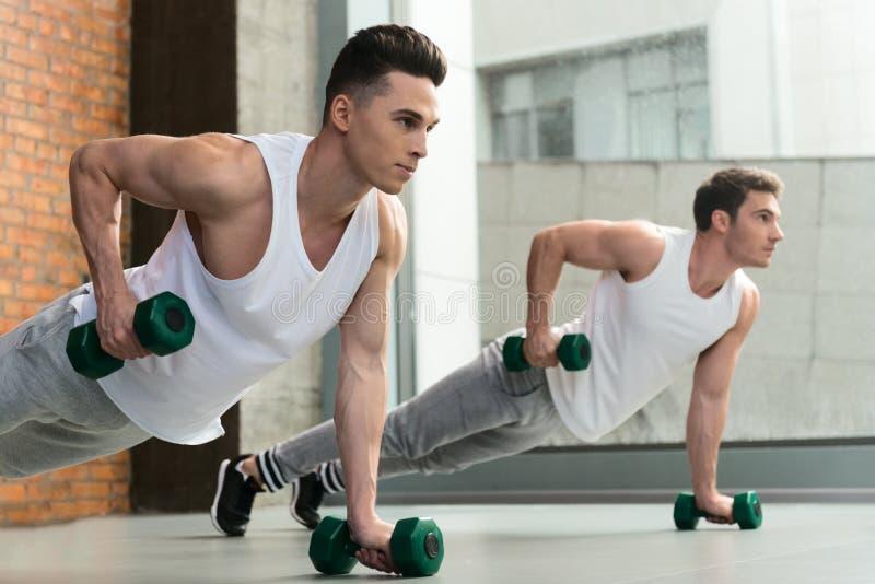 Levantar peso seguro dos atletas do ajuste fotos de stock royalty free