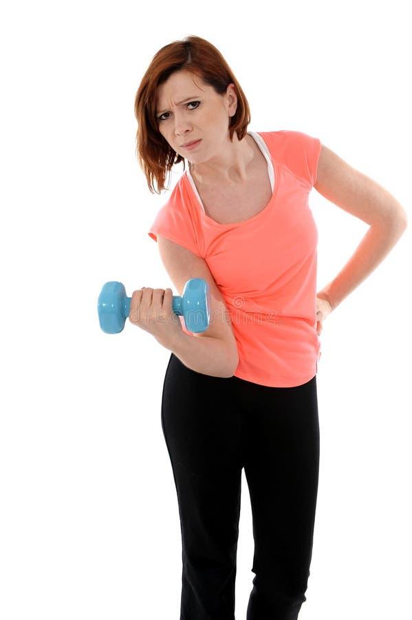 Levantar peso vermelho atrativo da mulher do esporte do cabelo foto de stock royalty free