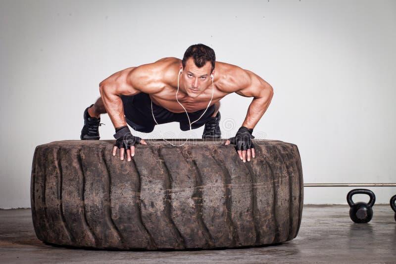 Levante em um treinamento do crossfit do pneu fotografia de stock royalty free