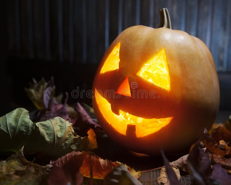 Levante la cara de la calabaza de Halloween de las linternas de o en fondo de madera fotografía de archivo