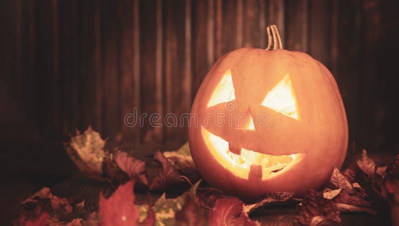 Levante la cara de la calabaza de Halloween de las linternas de o en fondo de madera foto de archivo libre de regalías