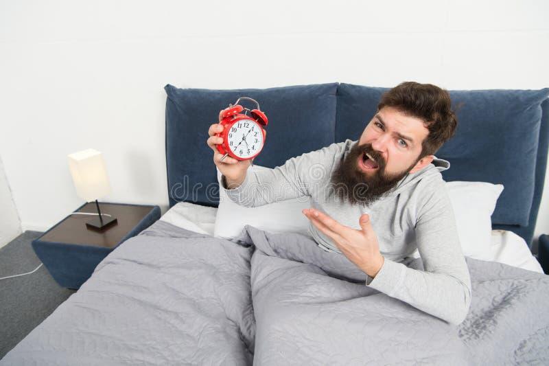 Levante-se cedo Pontas para acordar cedo Cara sonolento do moderno farpado do homem que acorda Programação diária para o estilo d fotografia de stock