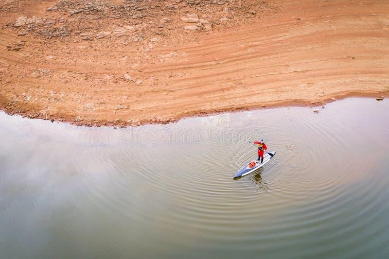 Levante-se o paddler em um lago fotos de stock royalty free