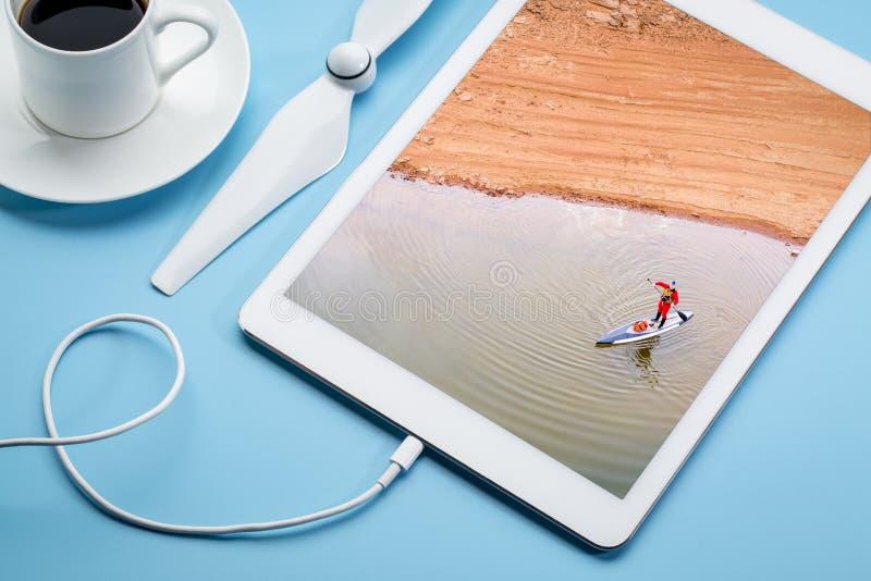 Levante-se o paddler em um lago fotografia de stock