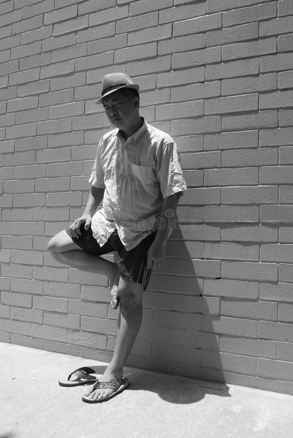 Levarsi in piedi di sonno dell'uomo fotografie stock libere da diritti