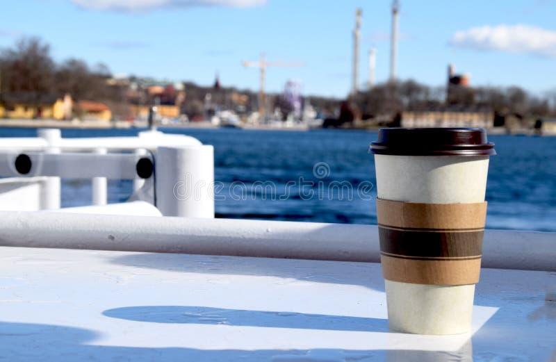 Leve embora a caneca de café em um dia ensolarado na cidade imagem de stock