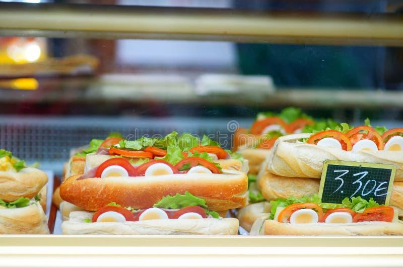 Leve embora a exposição do alimento da rua em Paris imagem de stock royalty free