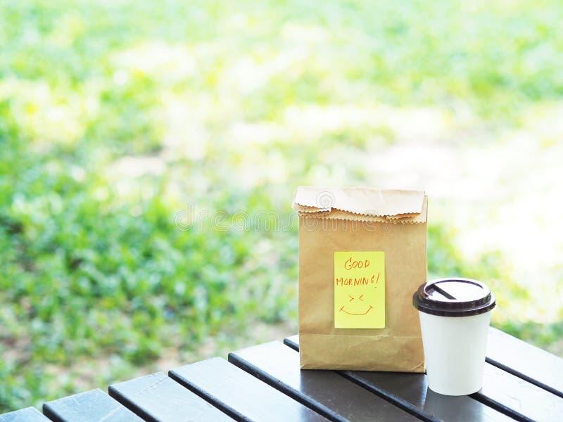 Leve embora o café da manhã na primavera no parque público imagem de stock