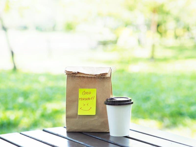 Leve embora o café da manhã na primavera no parque público fotografia de stock
