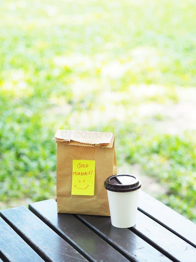 Leve embora o café da manhã na primavera no parque público imagens de stock royalty free