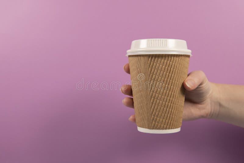 Leve embora o papel reciclável e o copo de café plástico em um fundo cor-de-rosa fotos de stock royalty free