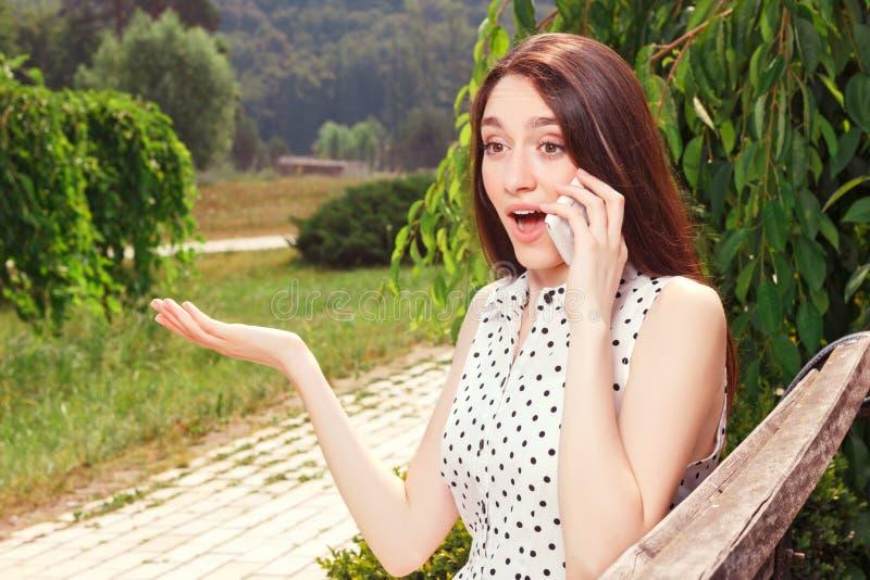 Levendig meisje die mobiele telefoon houden stock afbeelding