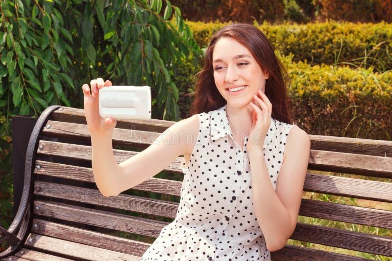 Levendig meisje die mobiele telefoon houden royalty-vrije stock afbeelding