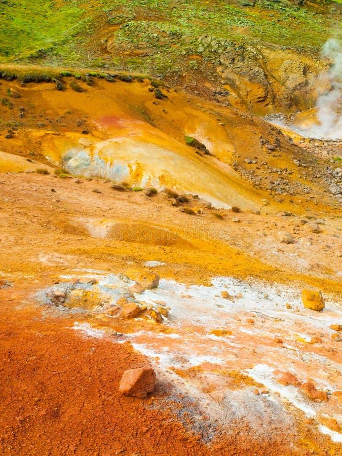 Levendig multicolored land op geothermisch gebied stock fotografie
