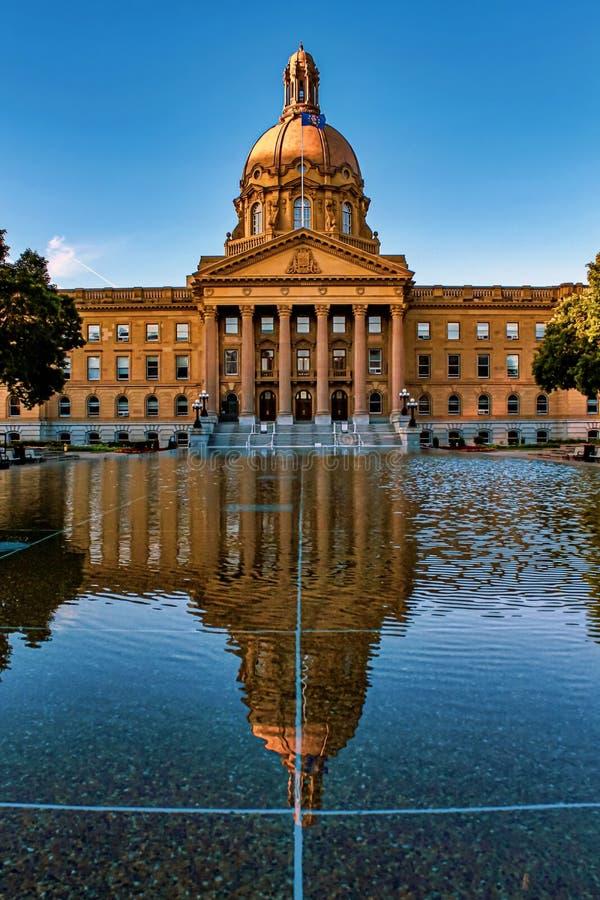 Levendige Alberta Legislature Reflections stock afbeeldingen