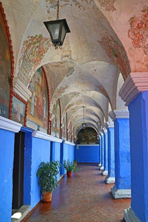 Levendige Blauwe Muur en Kolommen in Klooster van Santa Catalina Decorated met Godsdienstige Freskoschilderijen, Arequipa, Peru stock foto's