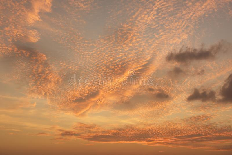 Levendige hemel en schemering dramatische wolkenachtergrond royalty-vrije stock fotografie