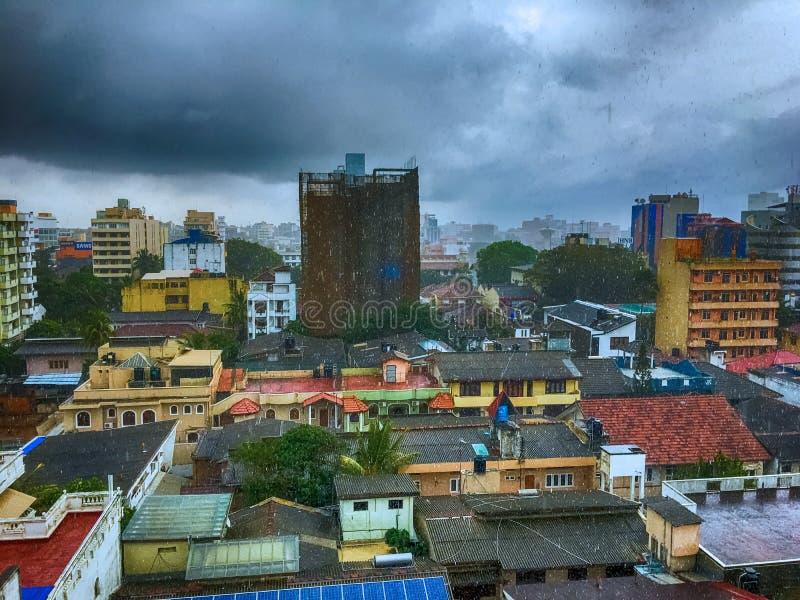 Levendige kleurenstad onder regen stock afbeelding