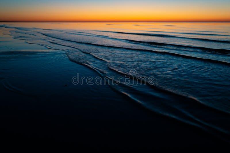 Levendige verbazende zonsondergang in Baltische Staten - de Schemer in het overzees met horizon verlicht door de zon royalty-vrije stock fotografie