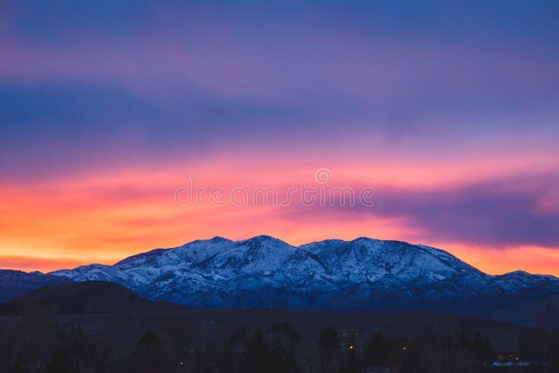 Levendige zonsondergang over de bergen van Utah stock fotografie