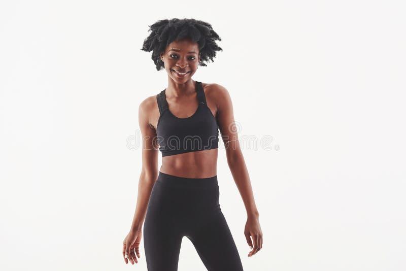 Levensenergie in dit positieve meisje Jonge mooie afro-Amerikaanse vrouw in de studio tegen witte achtergrond stock fotografie