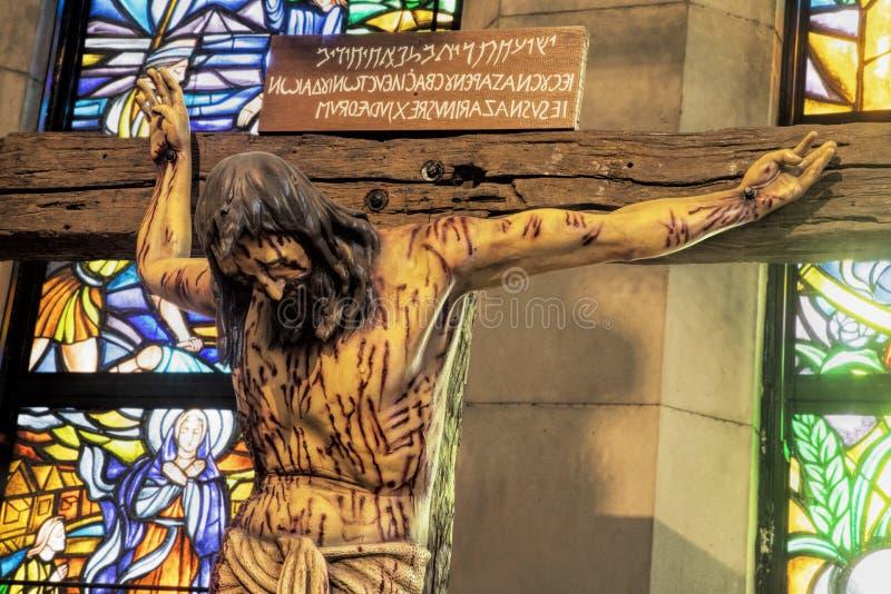 Levensgroot houten kruisbeeld bij de Kathedraal van Manilla, Filippijnen stock fotografie