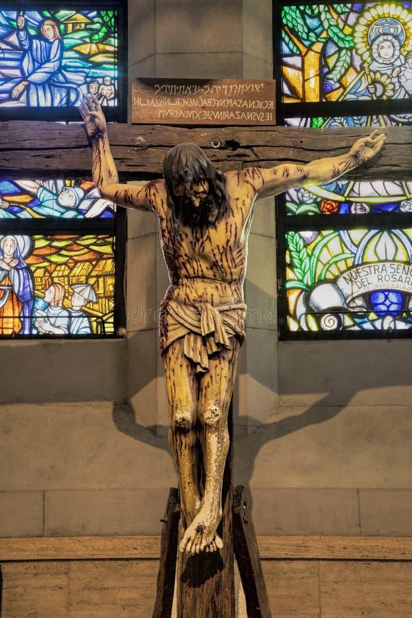 Levensgroot houten kruisbeeld bij de Kathedraal van Manilla, Filippijnen stock afbeeldingen