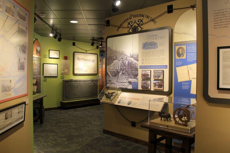 Levensgrote tentoongestelde voorwerpen die het leven op het kanaal afschilderen, Angstaanjagend Kanaalmuseum, Syracuse, New York, stock foto