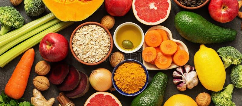Levensmiddelenconcept, fruit, groenten, noten, olijfolie, knoflook Het lichaam reinigen, gezond eten Bovenaanzicht, vlakke laag