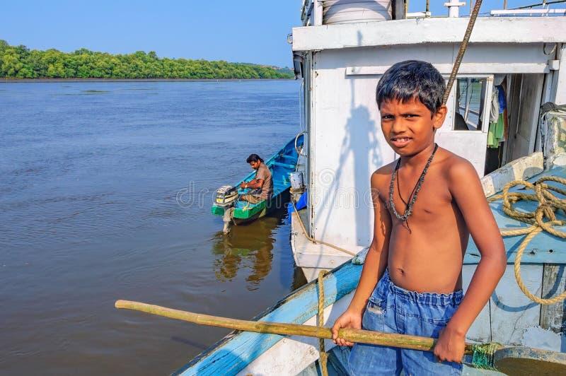 Levensstijl in Chorao-eiland, Goa, India Oude boot voor vervoer in Salim Ali Bird Sanctuary stock afbeelding