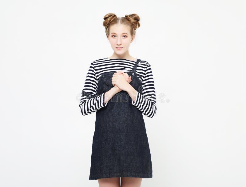 Levensstijl, emotie en mensenconcept: verraste mooie jonge vrouw over lichtgrijze achtergrond stock foto