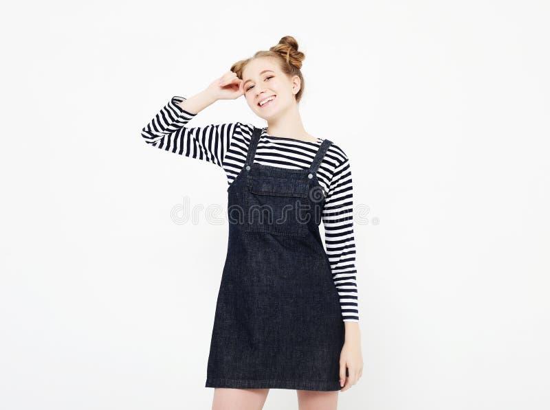 Levensstijl, emotie en mensenconcept: verraste mooie jonge vrouw over lichtgrijze achtergrond royalty-vrije stock afbeelding