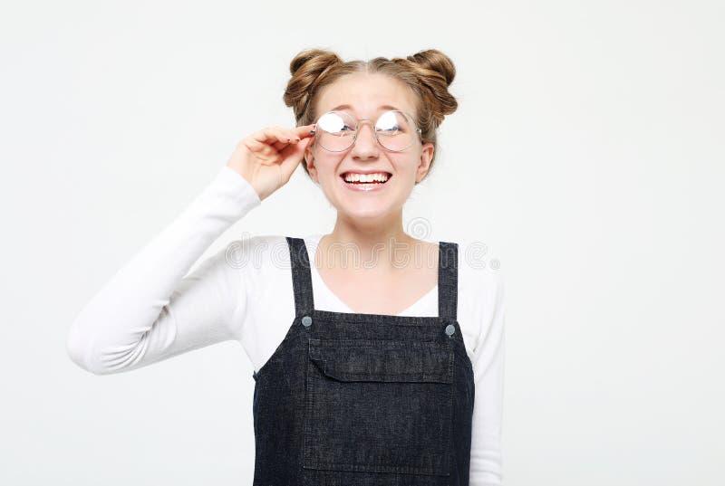 Levensstijl en mensenconcept: Geschokte doen schrikken mooie jonge vrouw, wijd geopende mond royalty-vrije stock afbeeldingen