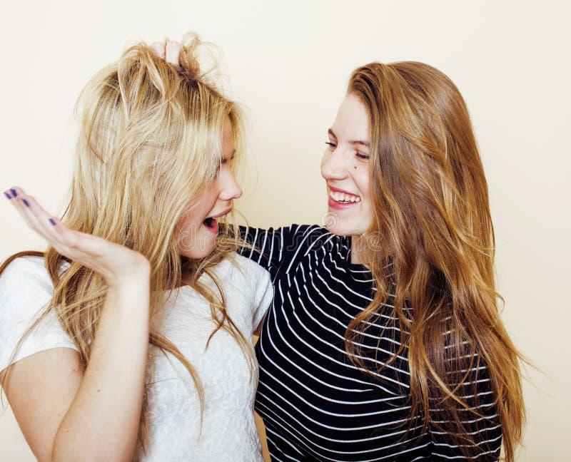 Levensstijl en mensenconcept: Manierportret van twee modieuze sexy meisjes beste vrienden, over witte achtergrond Gelukkige tijd stock fotografie