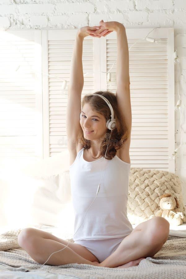 Levensstijl en mensenconcept: mooi tevreden meisje in pyjama's stock foto's