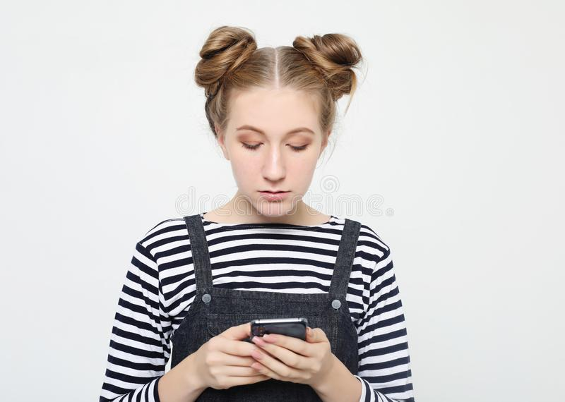 Levensstijl en mensenconcept: Portret van een gelukkige jonge tiener die mobiele telefoon met behulp van royalty-vrije stock afbeeldingen