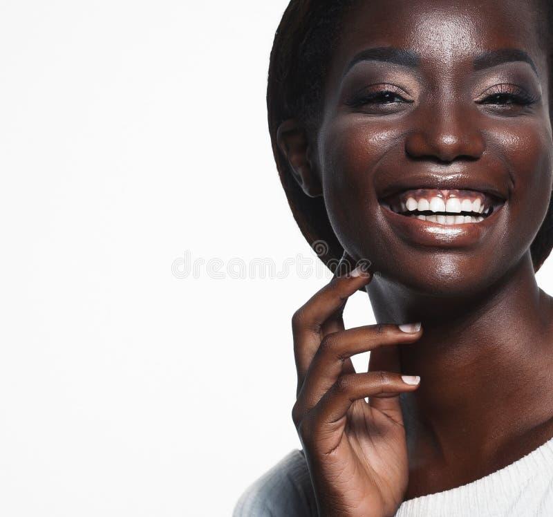 Levensstijl en mensenconcept: Sluit omhoog portret van het zekere Afrikaanse Amerikaanse vrouw lachen over whteachtergrond stock foto