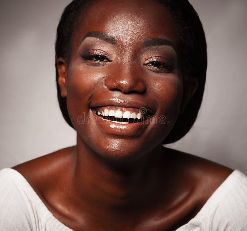 Levensstijl en mensenconcept: Sluit omhoog portret van het zekere Afrikaanse Amerikaanse vrouw lachen stock afbeeldingen