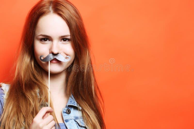 Levensstijl en mensenconcept: speelse jonge vrouw klaar voor partij royalty-vrije stock afbeeldingen